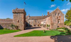 выставили на продажу замок XVII века в центре национального парка