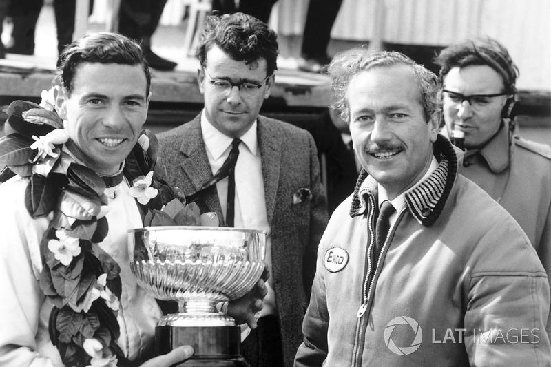 Jim Clark und Colin Chapman bei einer Siegerehrung