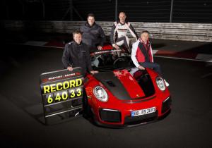 Nach der Rekordrunde des Porsche 911 GT2 RS MR (von links): Manthey-Racing-Geschäftsführer Martin Raeder und Nicolas Raeder, Porsche-Entwicklungsfahrer Lars Kern und Eugen Oberkamm (Leiter Motorsport Gesamtfahrzeugentwicklung).