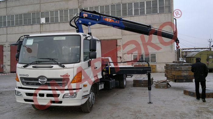 Эвакуатор со сдвижной платформой HINO-500 г/п 2500 кг с c устройством частичной погрузки и КМУ PM