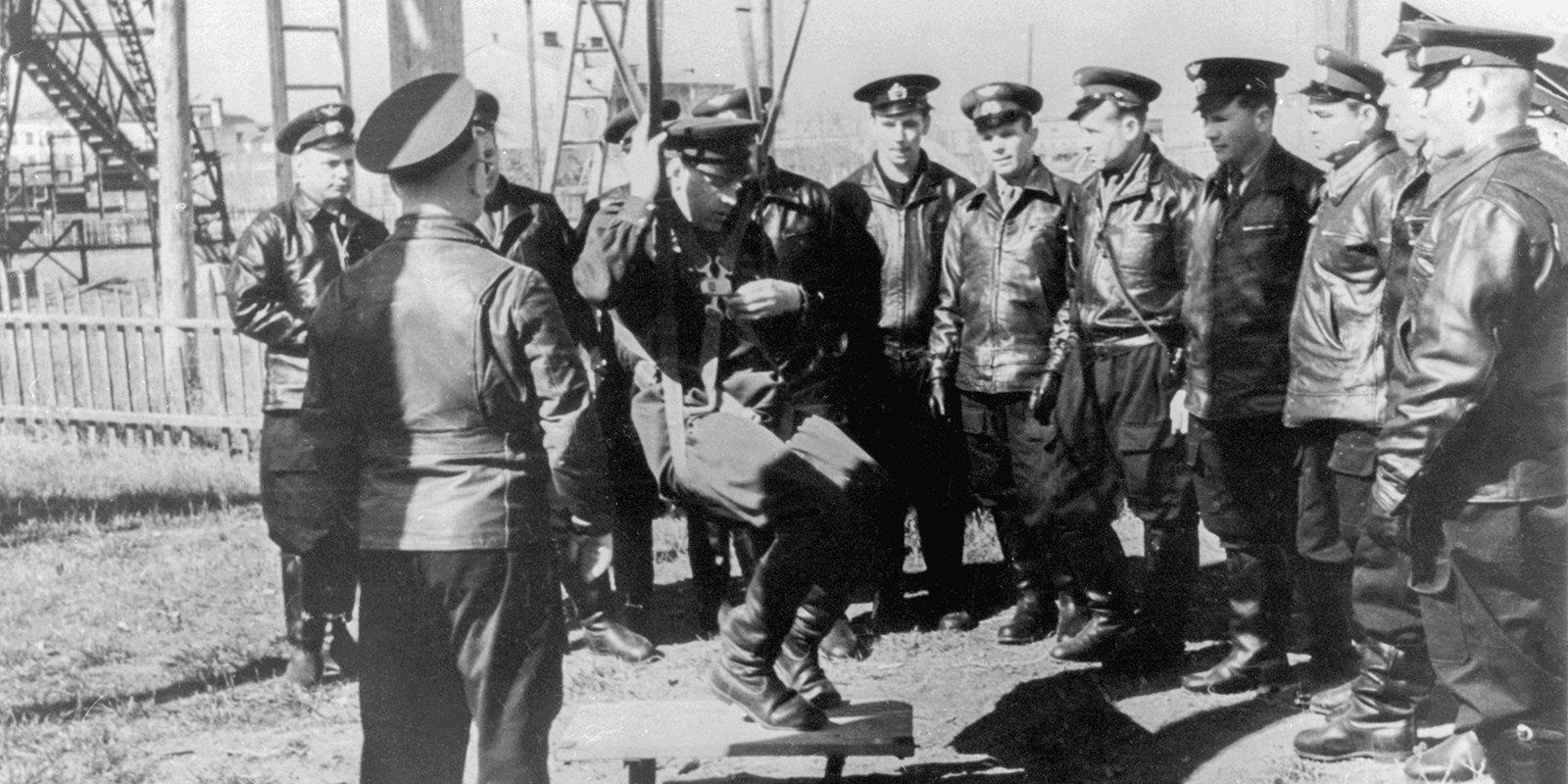 Первый отряд космонавтов во время парашютной подготовки. Фото: Музей космонавтики