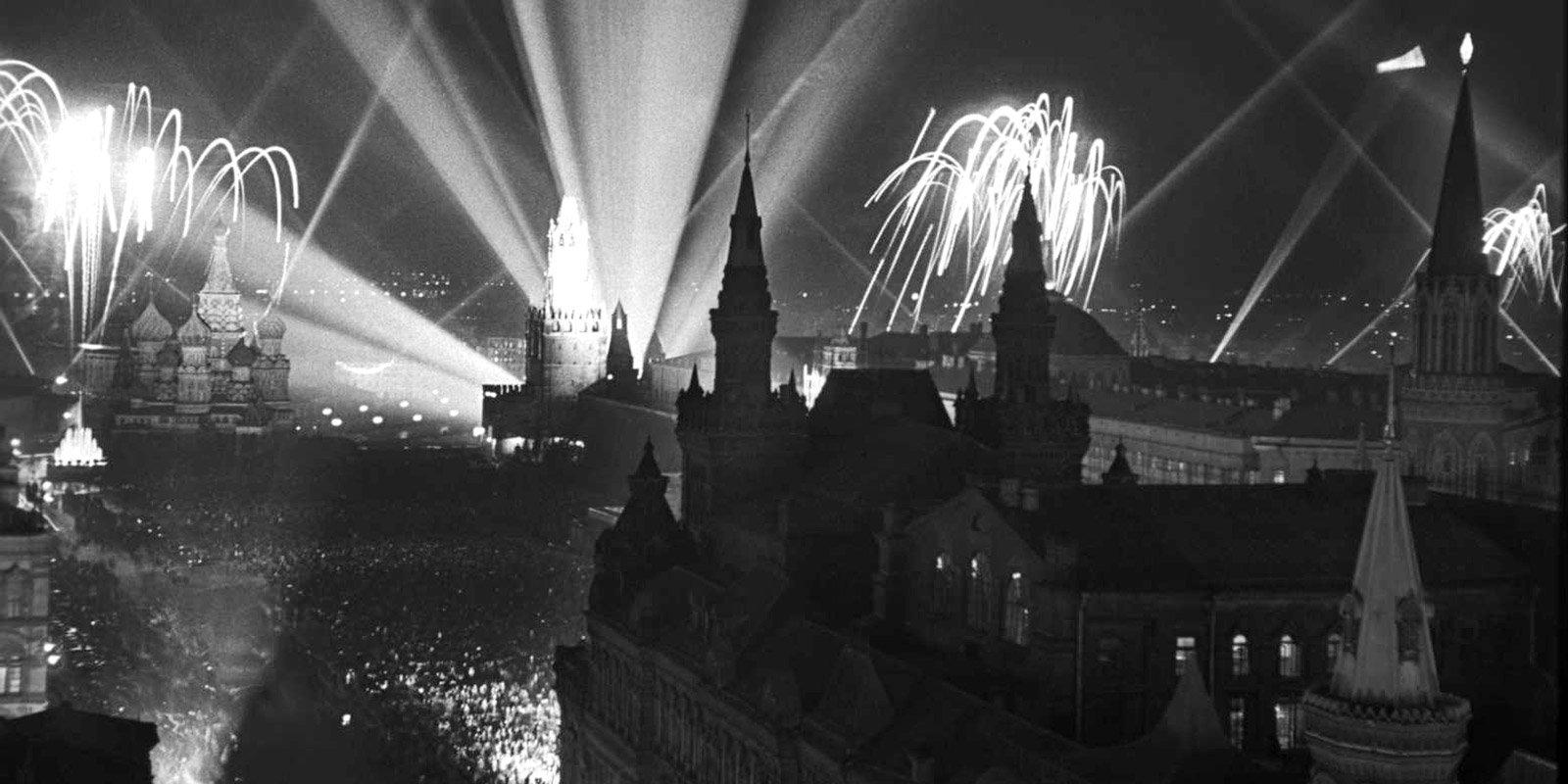 Салют в честь Дня Победы на Красной площади. Автор Л. Доренский. 9 мая 1945 года. Главархив Москвы