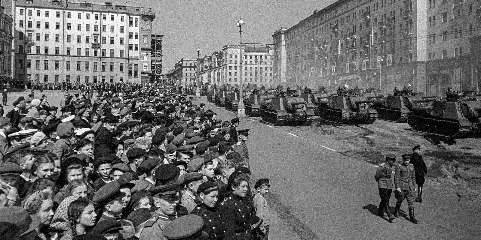 Военный парад. Автор М. Трахман. 1 мая 1945 года