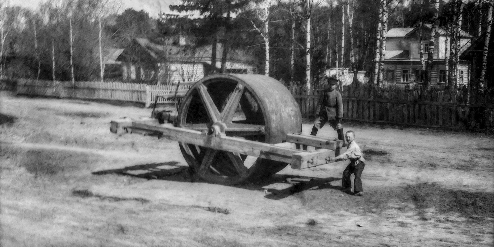 Дорожный каток на Воскресенском (ныне Хорошевском) шоссе. Фото Н. Щапова. 5 мая 1902 года. Главархив