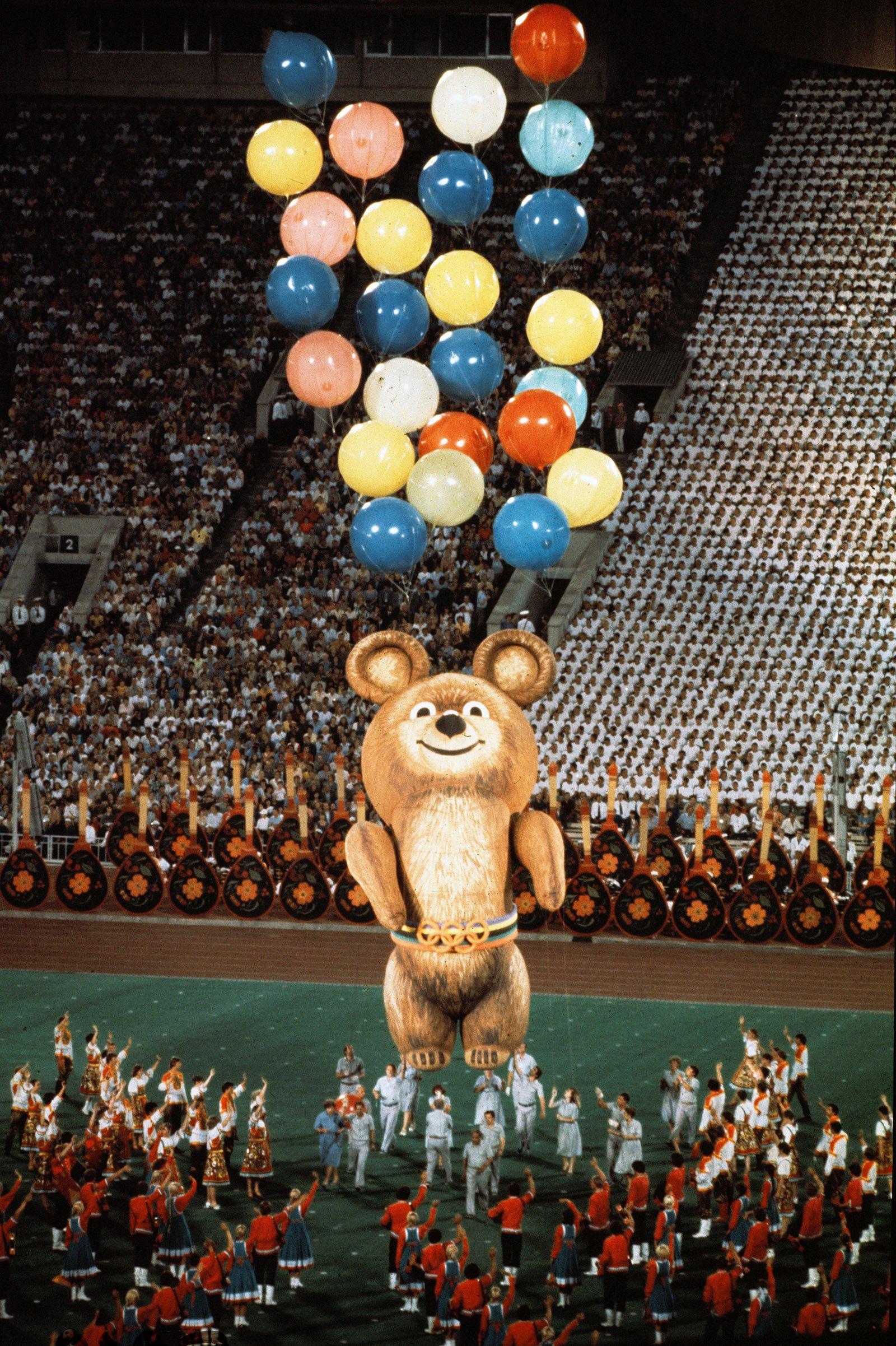 Финал церемонии закрытия XXII Олимпийских игр на Центральном стадионе имени В.И. Ленина. Автор М. Боташев. 3 августа 1980 года. Главархив Москвы