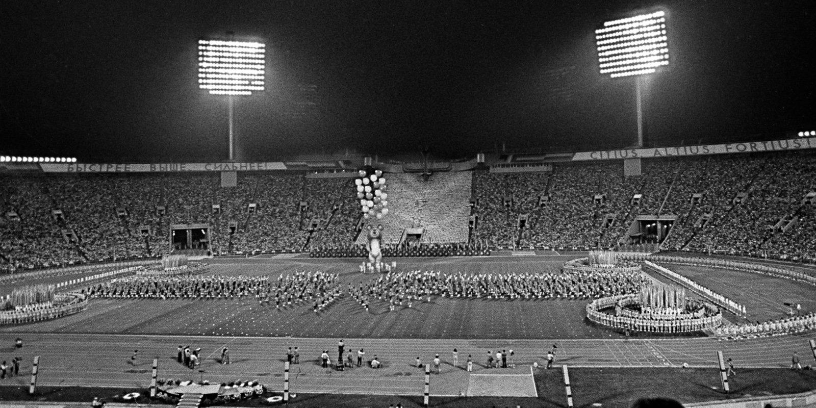 Во время церемонии закрытия XXII Олимпийских игр на Центральном стадионе имени В.И. Ленина. Автор М. Боташев. 3 августа 1980 года. Главархив Москвы