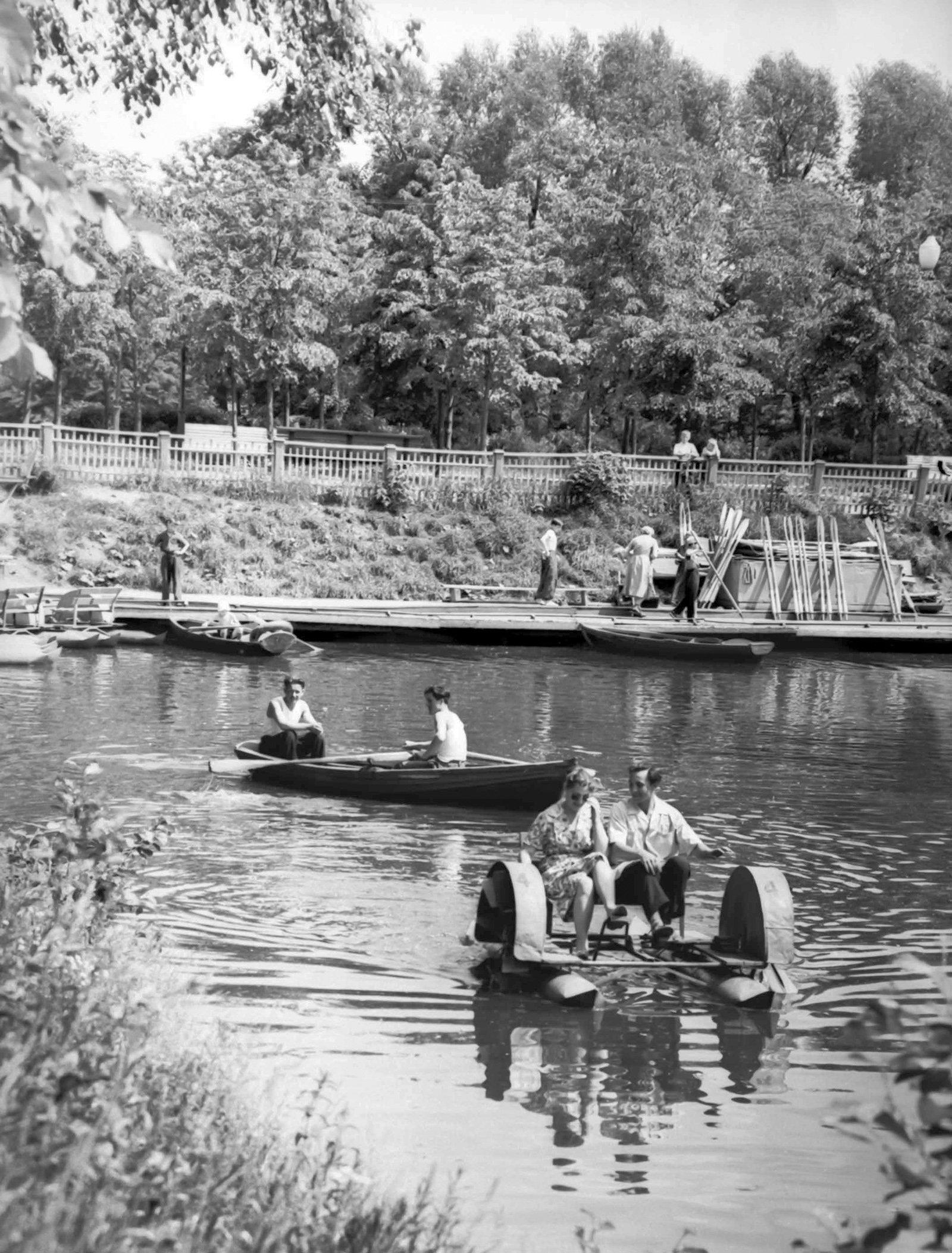 Отдых на воде в Измайловском парке. Снимок из серии «Парки столицы». Автор Б. Трепетов. 1960 год. Главархив Москвы