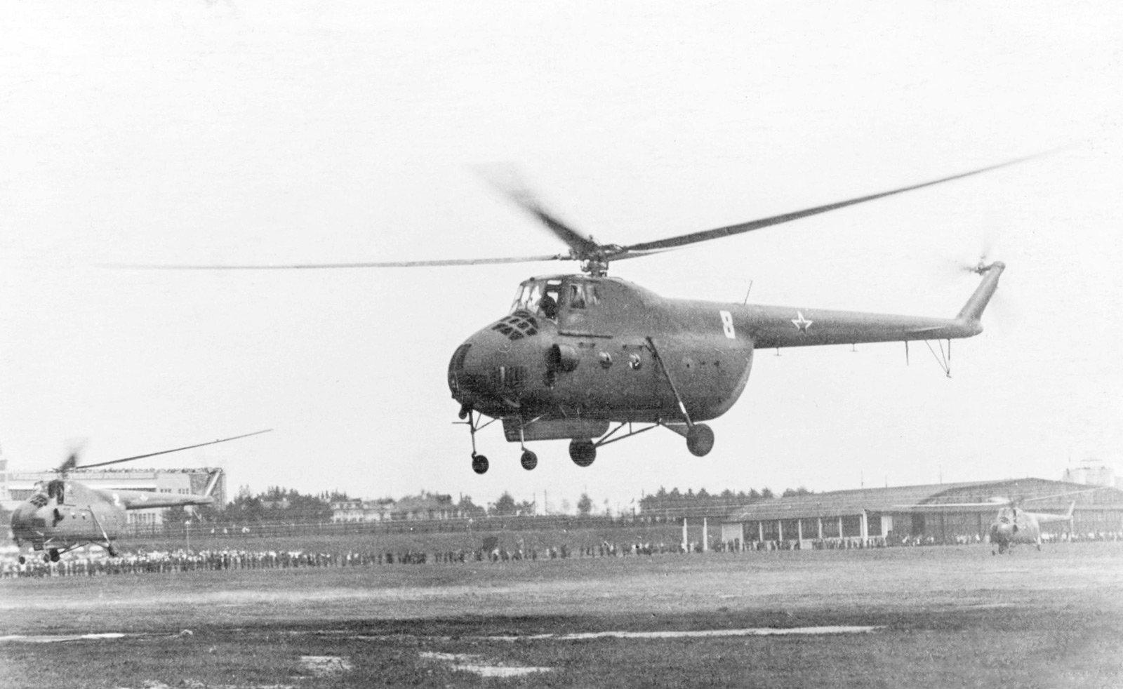 Вертолеты садятся на аэродром во время воздушного парада на Тушинском аэродроме. Автор В. Носков. Август 1953 года. Главархив Москвы