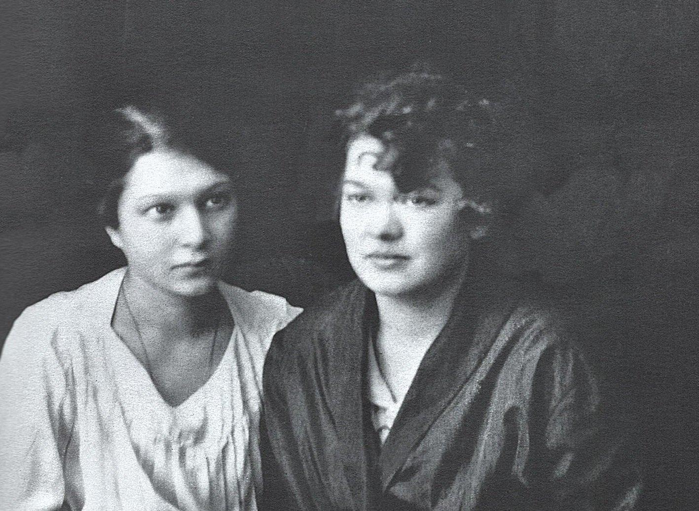 М.И Рудомино и ее подруга Т. Кедрова (слева). Фрагмент фотографии. 1920 год. Главархив Москвы