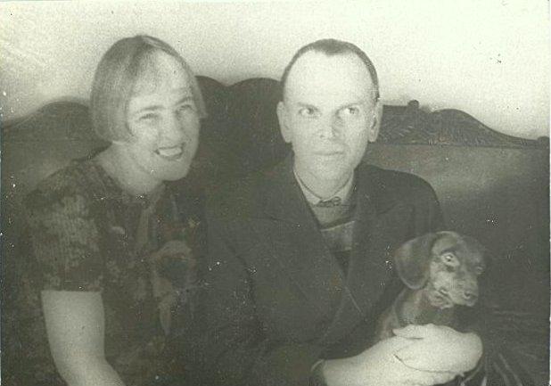 К.Г. Паустовский, В.В. Навашина (Паустовская) и такса Фунтик. Из коллекции Музея К.Г. Паустовского