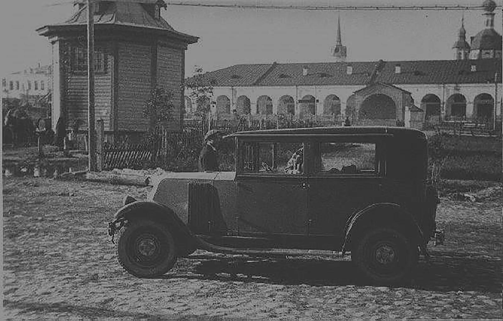 Автомобиль «Рено», купленный В. Маяковским в 1929 году в Париже. Автор А. Родченко. Москва. 1929 год. Государственный музей В.В. Маяковского