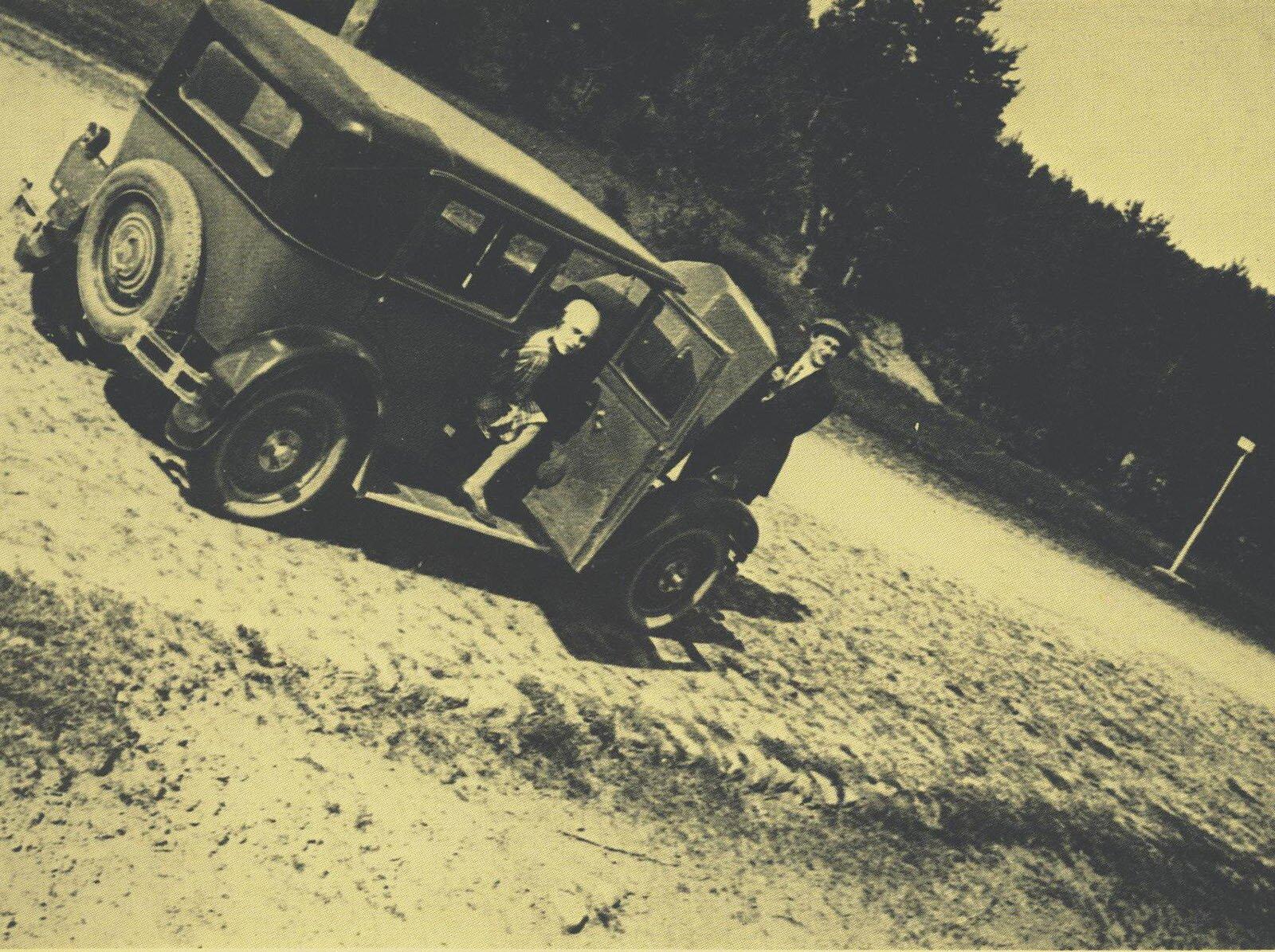 Л. Брик и А. Афанасьев у автомобиля «Рено», купленного В. Маяковским. Москва — Ленинград. 1929 год. Государственный музей В.В. Маяковского