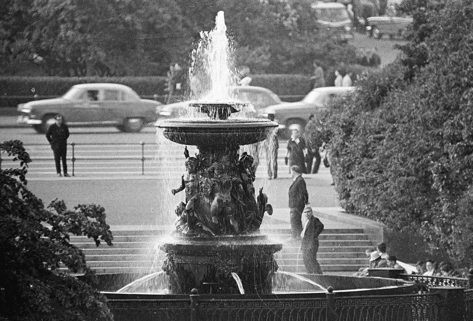 Фонтан Витали (Петровский фонтан) в сквере на площади Свердлова. Фото Е. Кассина, В. ГендеРоте. 25 июня 1965 года. Главархив Москвы