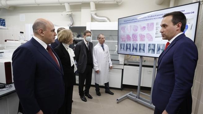 С генеральным директором ФБУН ГНЦ ВБ «Вектор» Ринатом Максютовым (справа) во время посещения Государственного научного центра вирусологии и биотехнологии «Вектор»