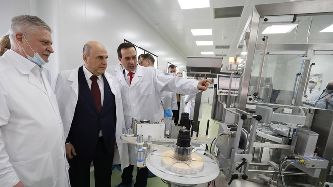 С генеральным директором ФБУН ГНЦ ВБ «Вектор» Ринатом Максютовым (справа) и генеральным директором «Вектор-БиАльгам» Леонидом Никулиным (слева) во время посещения Государственного научного центра вирусологии и биотехнологии «Вектор»