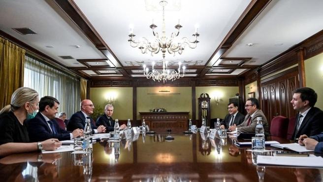 Дмитрий Чернышенко и генеральный директор FIVB Фабио Азеведо на встрече, посвящённой вопросам подготовки чемпионата мира по волейболу FIVB 2022