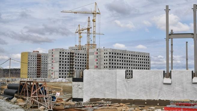 Дмитрий Чернышенко ознакомился с ходом строительства Деревни Универсиады в Екатеринбурге