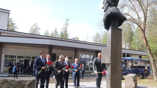 Возложение цветов к памятнику выдающемуся учёному Юлию Харитону в Сарове