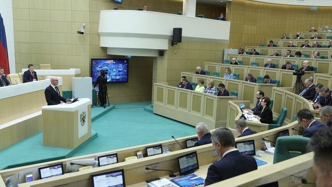 Дмитрий Чернышенко во время выступления на заседании Совета Федерации в рамках правительственного часа
