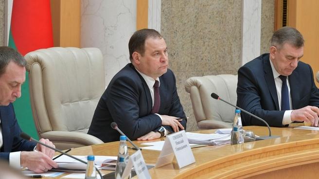 Премьер-министр Белоруссии Роман Головченко (в центре) во время российско-белорусских переговоров