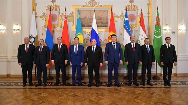 Совместное фотографирование глав делегаций – участников заседания Евразийского межправительственного совета в расширенном составе