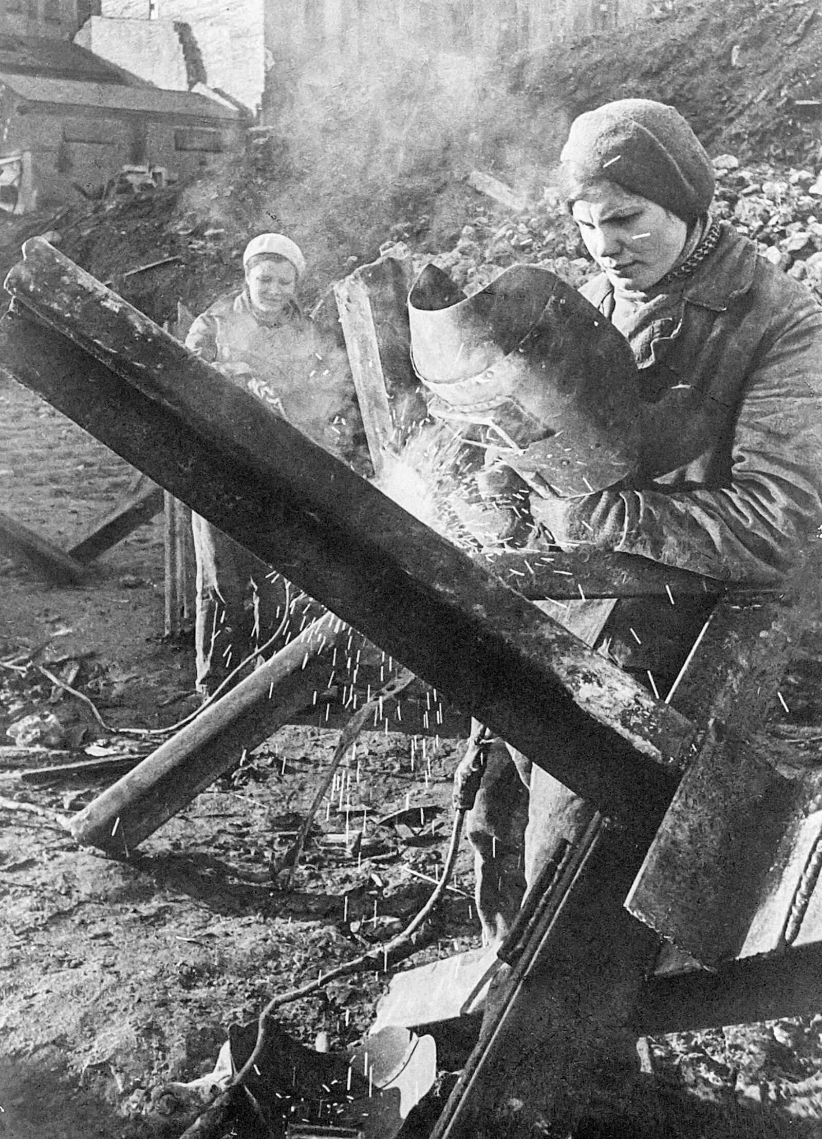 Сварка ежей. Октябрь 1941 года. Фото С. Струнникова. Главархив Москвы