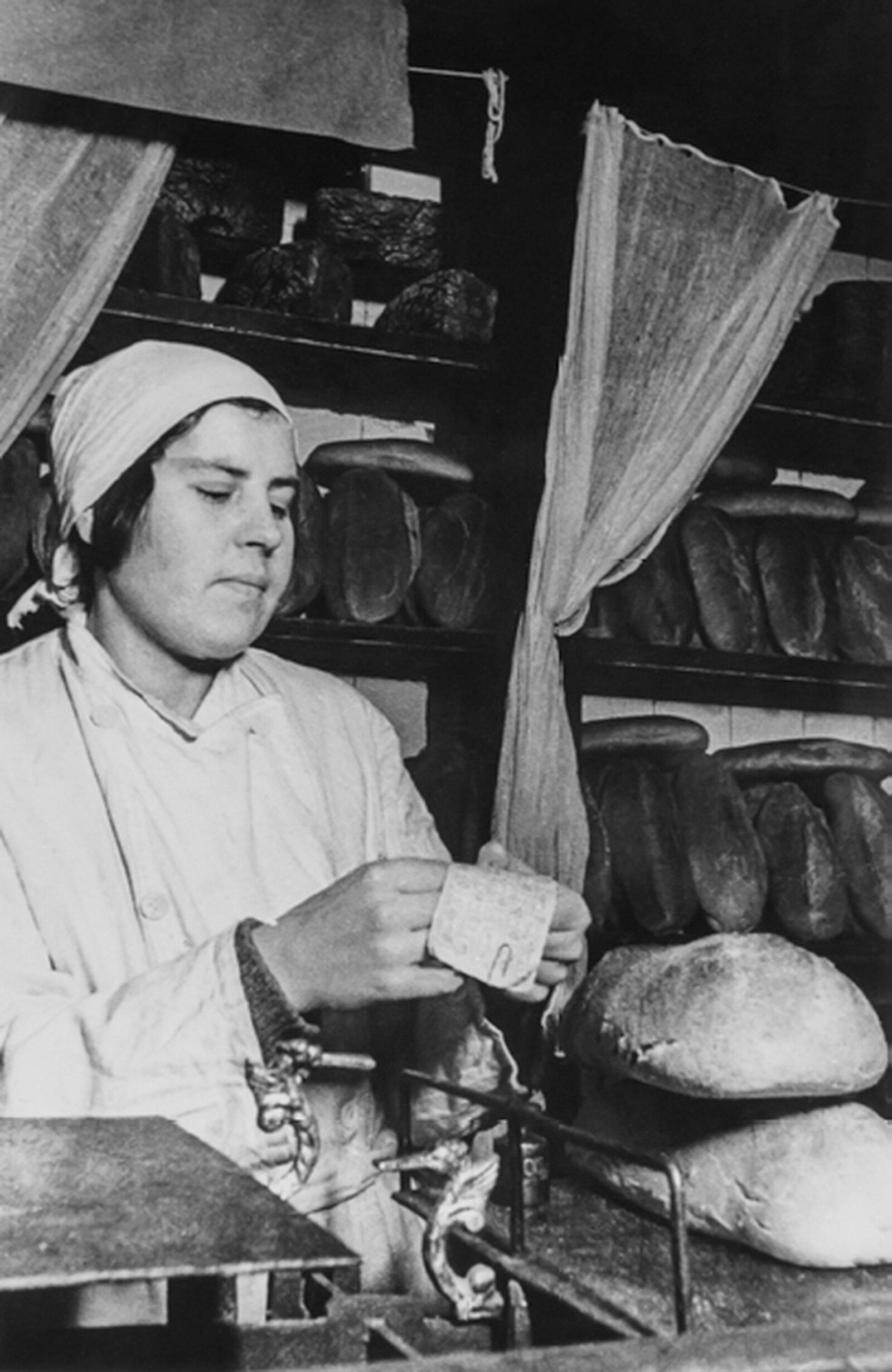 Выдача хлеба по карточкам в московской булочной. Фото Я. Халипа. 1943 год. Главархив Москвы