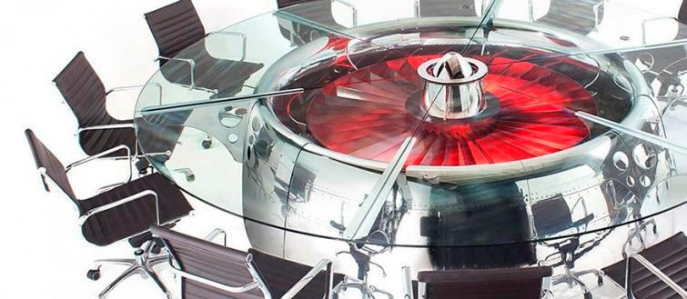 Стол сделанный из части реактивного двигателя