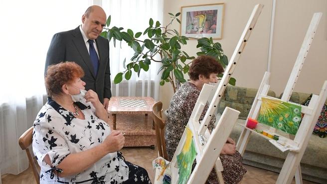 Михаил Мишустин посетил Дмитровский комплексный центр социального обслуживания населения. В творческой мастерской