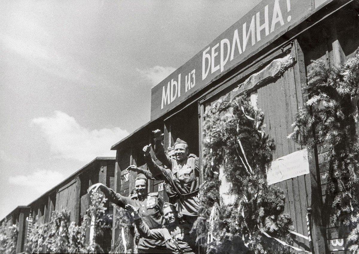 Домой! Автор В. Темин. 1945 год. Главархив Москвы