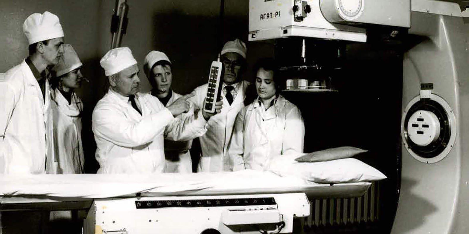 Роберт Лычковский за работой и его дочь Наталья Агапова справа. Фото: архив семьи Лычковских