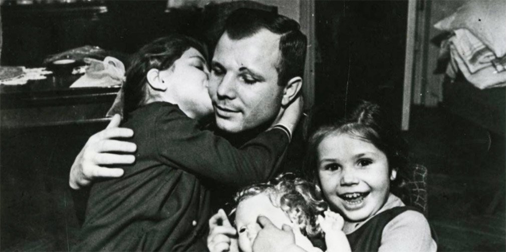 Юрий Гагарин с дочерьми. 1967 год. Фото: Музей космонавтики