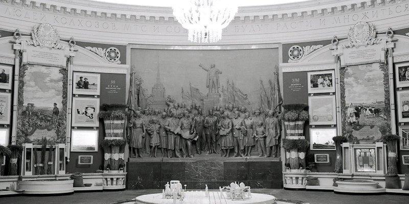 Горельеф в павильоне № 64 «Оптика». 1954 год. Пресс-служба ВДНХ