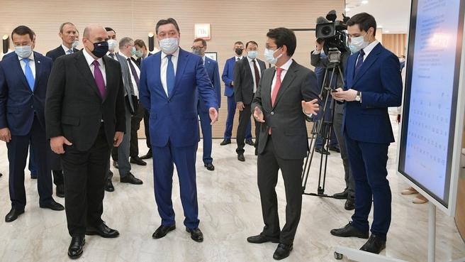 Михаил Мишустин и Премьер-министр Республики Казахстан Аскар Мамин в центре управления офиса цифрового правительства Казахстана