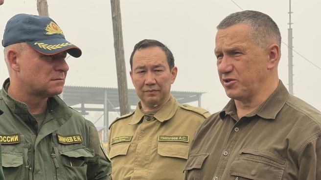 Юрий Трутнев и Евгений Зиничев (слева) посетили населённые пункты Фрунзе и Ергёлёх Намского района