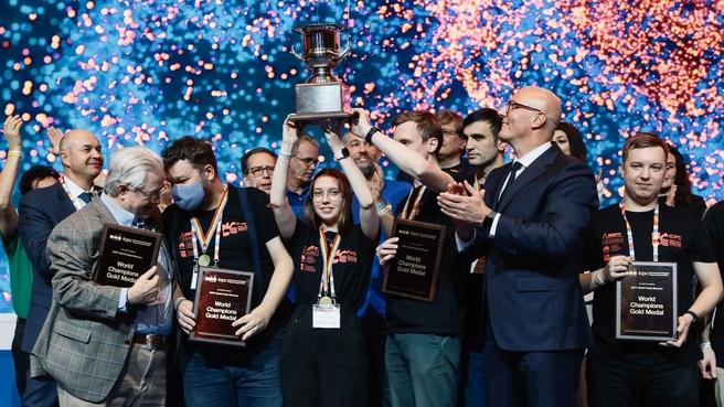 Дмитрий Чернышенко наградил победителей Международного студенческого чемпионата по программированию ICPC